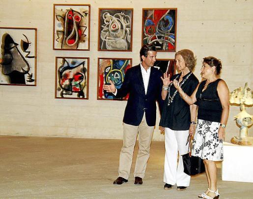 Imágenes de la Reina durante su visita de ayer a la Fundació Pilar i Joan Miró, que recorrió durante dos horas, y donde pudo conocer el proceso de trabajo de Miró mediante la exposición que ocupa la Sala Estrella. Le acompañaron Elvira Cámara y Fernando Gilet.