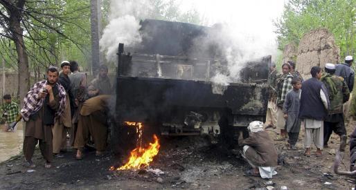 Uno de los vehículos que fue alcanzado por las tropas germanas en la provincia afgana de Kunduz. g Foto: REUTERS