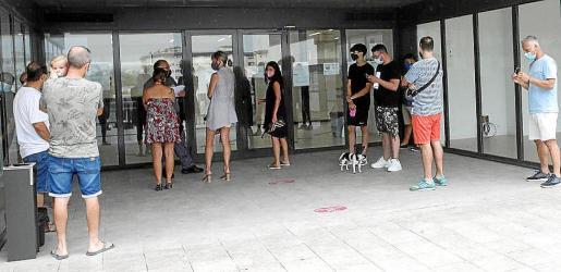 Imagen de archivo de las colas de gente en las oficinas del SEPE y del SOIB.