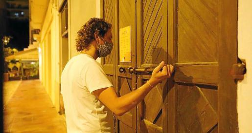 Bares de zonas concurridas, como Plaza del Parque, Vara de Rey y el puerto de Ibiza, cerraron ayer por primera vez a las 22.00 horas.
