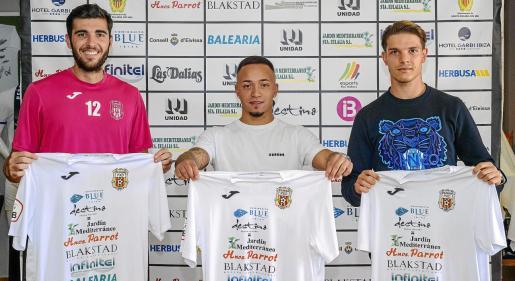 Toni Jou, Juancho y Carlos Gilbert posan juntos con la camiseta de la Peña Deportiva, ayer en el Campo Municipal de Santa Eulària.