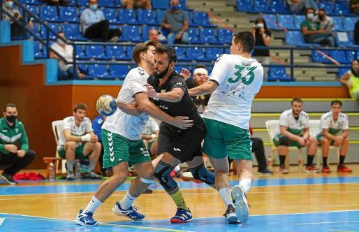 Un jugador de la Peña Deportiva es obstaculizado por dos del Elche en un lance del encuentro de ayer en Santa Eulària.