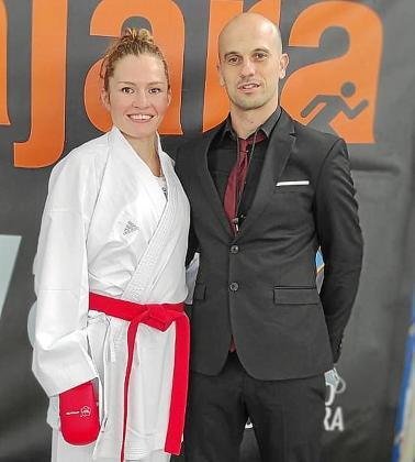 Cristina Ferrer y Dani Pérez, pareja y 'coach' de la ibicenca, al término de la prueba de ayer.