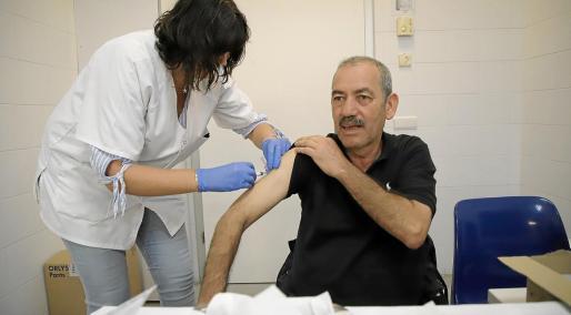Lo habitual, en Balearse, es que vacunación de la gripe se inicie en noviembre, como en la imagen del año pasado.