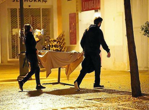 Empleados de un restaurante de Vila recogen la terraza a las 22 horas.