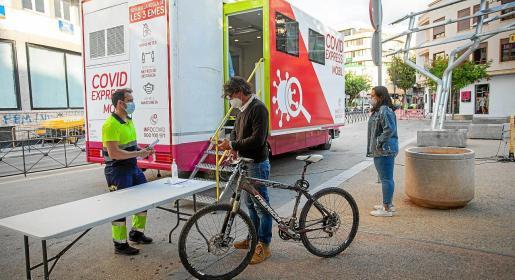 El camión de cribado funcionó a pleno rendimiento ayer por la mañana en el Paseo Vara de Rey de Vila.