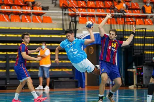 Basualdo se eleva para ejecutar un disparo ante la portería del Barça B.