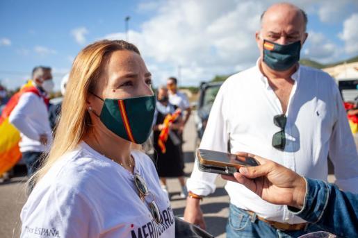 A la izquierda Patricia de las Heras y Jaime Díaz de Entresoto. A la derecha los participantes en la concentración previa a la salida.