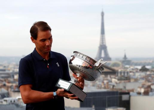 Rafa Nadal posando con el trofeo del Roland Garros 2020.