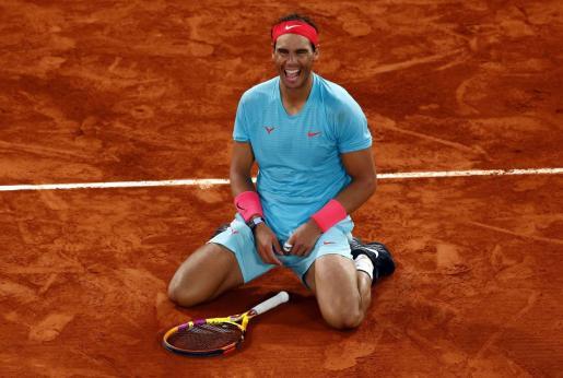 Rafael Nadal muestra su alegría tras vencer al serbio Novak Djokovic en la final del torneo de Roland Garros en París.