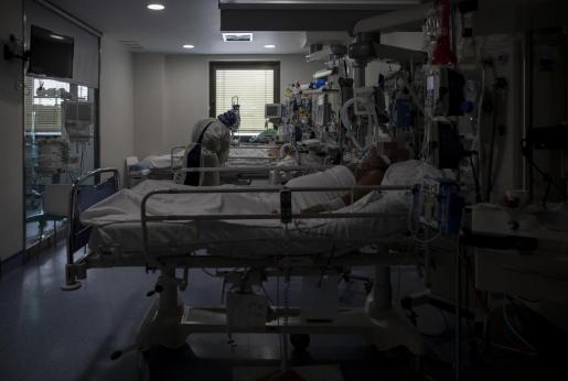 Una trabajadora de la limpieza durante su jornada laboral en la Unidad de Cuidados Intensivos (UCI) dedicada a enfermos de coronavirus del Hospital Universitario Ramón y Cajal, en Madrid (España)