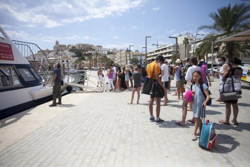 Pasajeros se preparan para embarcar hacia Formentera.