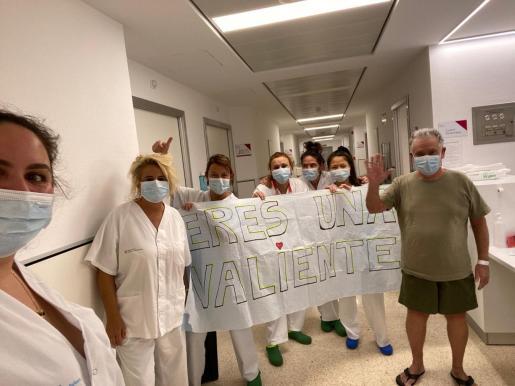 Momento en que Francisco, de 73 años, que se encontraba ingresado en la Unidad de Media Estanca Ca na Mejora, vuelve a su domicilio tras dar negativo en coronavirus.