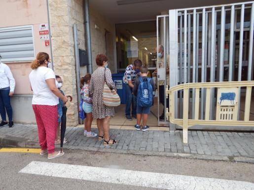 Alumnos, siguiendo el protocolo para entrar a los centros educativos.