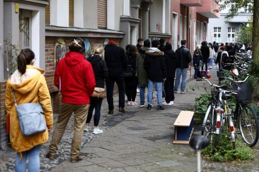 Gente hace cola en Berlín para hacerse la prueba del coronavirus.