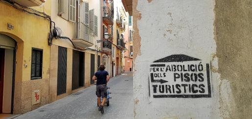 Tras una gran presión de entidades sociales, el Parlament aprobó una modificación de la Ley Turística para endurecer la normativa contra las plataformas que ofrecían alquiler vacacional sin la correspondiente licencia de Turisme.