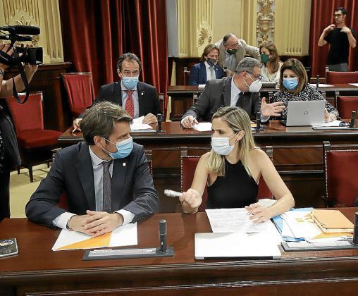 Pérez-Ribas, junto a Patricia Guasp en una sesión del Parlament.
