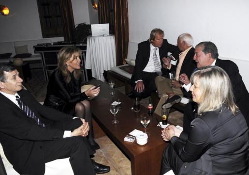 En el restaurante, Norma habla con Pepe Oliver, mientras su novio, Matthias Kühn, conversa con Emilio Carvajal.