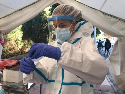 Una profesional sanitaria realiza pruebas con el test rápido de antígenos.