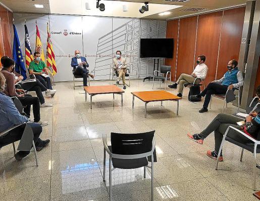 Una imagen de la reunión mantenida ayer en el Consell d'Eivissa.