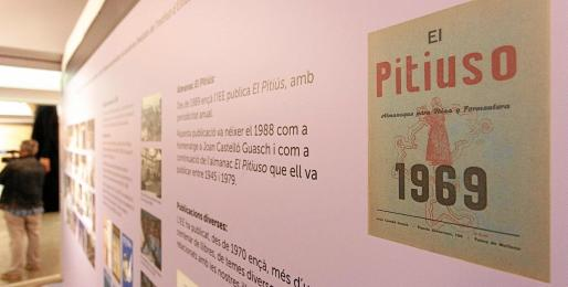 La exposición es muy visual y dinámica con paneles, documentación y todo tipo de publicaciones, objetos y condecoraciones.