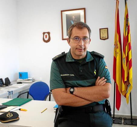 El comandante Enrique Gómez Bastida en su despacho en el cuartel de Can Sifre.