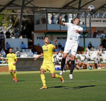 Antonio López se eleva para cabecear el balón.