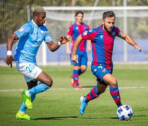 Kwasi Sibo, centrocampista de la UD Ibiza, persigue a un rival durante el partido de ayer.