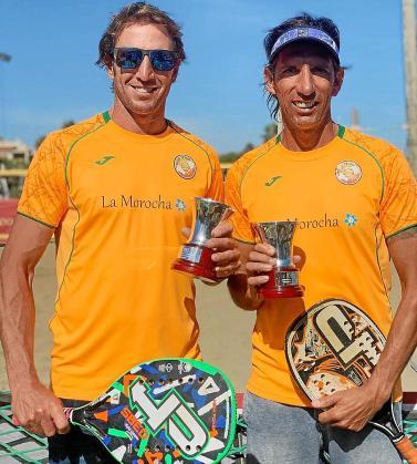 Guillermo Vallmitjana y Sebastián Insúa posan con sus trofeos al término de la competición.