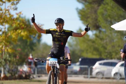Andrés Romero celebra la victoria.