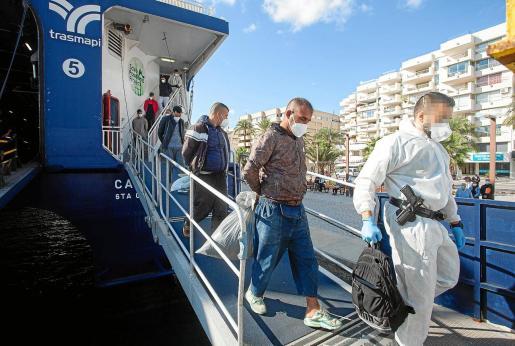 Agentes de la Guardia Civil custodian la llegada de uno de los grupos trasladados desde Formentera a Ibiza, ayer por la mañana.