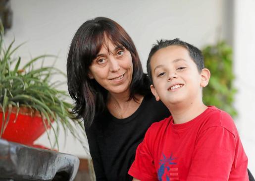 Yolanda y su hijo Álvaro, ayer, en su casa de Sant Carles minutos antes de la charla con Periódico de Ibiza y Formentera.