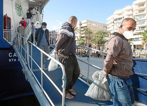 Grupo de argelinos trasladados el lunes a Ibiza tras llegar a Formentera.