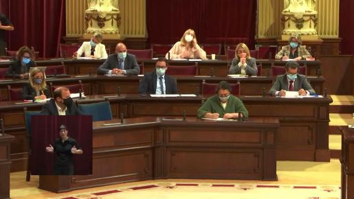 Vicent Marí, en la parte superior izquierda de la imagen, atiende al discurso de la presidenta del Govern.