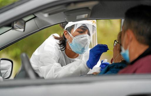 Una enfermera extrae una muestra en la carpa del Centro de Salud de Vila.