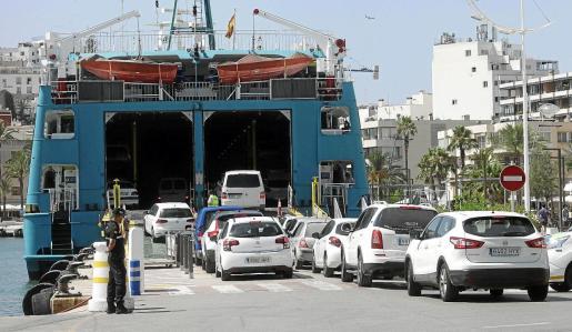 Imagen de archivo de un barco cargando coches para ir a Formentera.