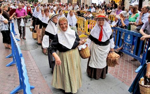 Las cofradías, casas regionales y asociaciones vecinales ofrendaron flores y frutos a la patrona de Palma, la Mare de Déu de la Salut.