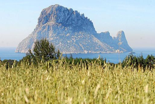 Zona de Cala d'Hort, con el islote de es Vedrà al fondo.