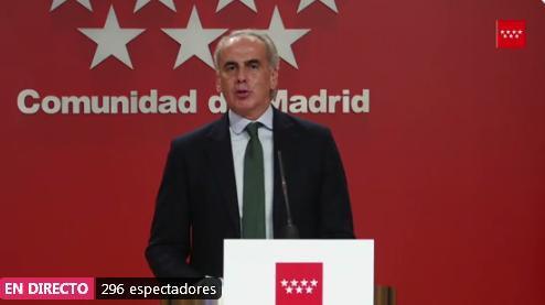 El consejero de Sanidad de la Comunidad de Madrid, Enrique Ruiz Escudero, se quita la mascarilla para intervenir en una rueda de prensa.