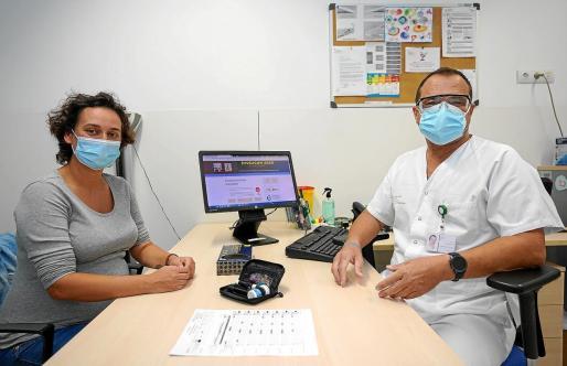 Eloisa Pérez Torices y el enfermero Joan Tur en la consulta, donde ya pueden hablar cara a cara.