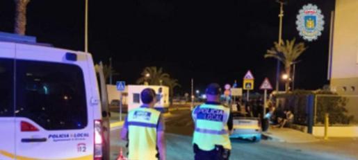 Imagen de una intervención de la Policía Local de Ibiza junto al acceso a la avenida Joan Carles I, punto donde ocurrió el accidente el sábado.