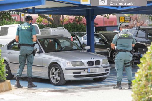 Un operativo de la Guardia Civil en el aeropuerto para controlar los transportes ilegales.