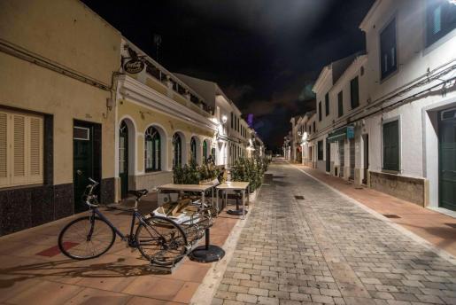 Aspecto de la calle principal de Sant Lluís, Menorca, este domingo con la entrada en vigor del toque de queda.