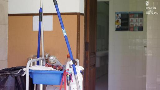 Un carrito de limpieza, en un centro escolar de Baleares.