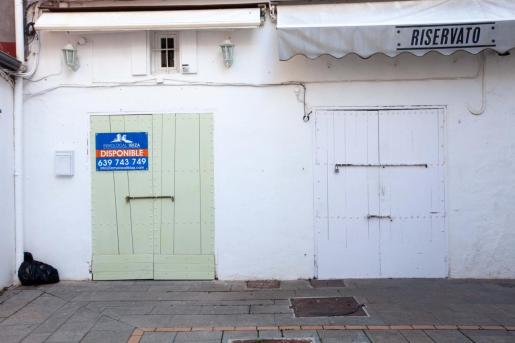 Por Ibiza proliferan los carteles como estos en viviendas y locales.