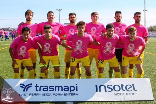En el partido del domingo, la SD Formentera salió al campo con una camiseta rosa y una pancarta con el slogan #AmbTuDonemLaCara debido al día ínternacional contra el cáncer de mama.