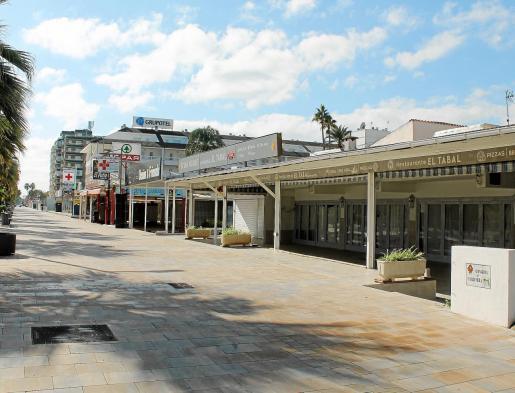 El panorama que ofrece la Platja de Muro es desértico, con la mayoría de comercios y bares cerrados y sin apenas turistas a mediados de octubre.
