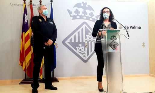 La regidora de Seguretat Ciutadana, Joana Maria Adrover, compareció este miércoles acompañada por el jefe de la Policía Local, José Luis Carque.