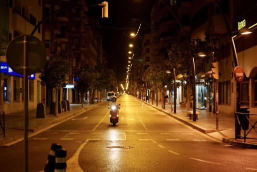 Una calle de Ibiza vacía por el estado de alarma.
