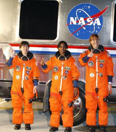 Dorothy Metcalf-Lindenburger, Stephanie Wilson, y Naoko Yamazaki, parte de la tripulación del transbordador Discovery.